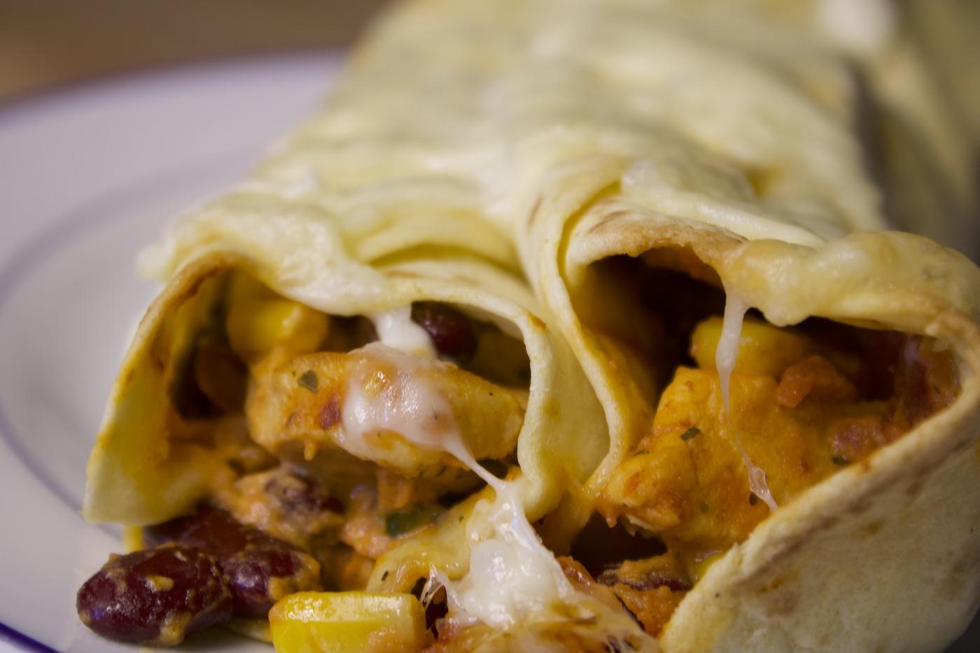 Bild zeigt selbstgemachte Enchiladas mit Käse, Hühnchen und rote Bohnen