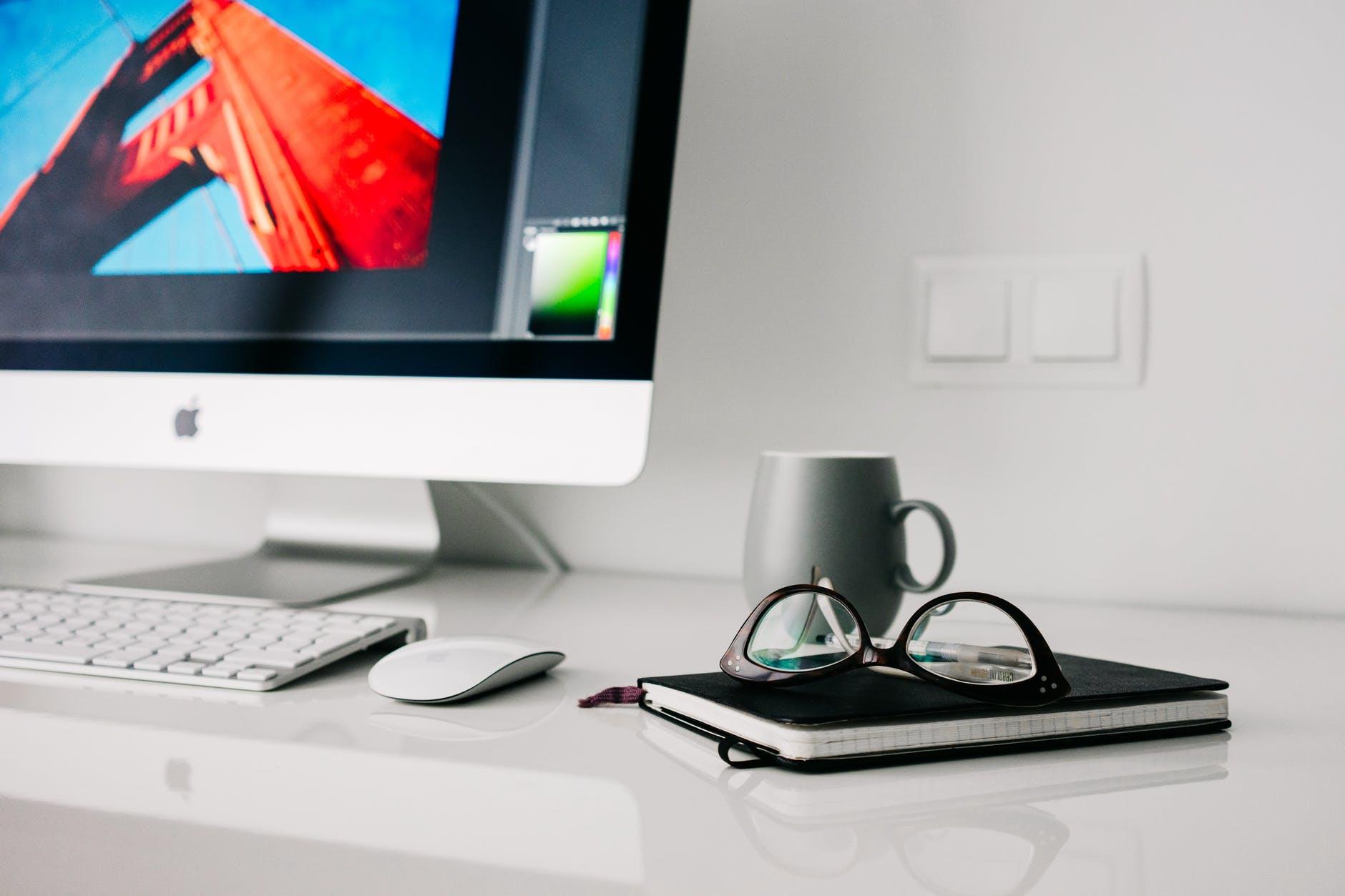Wie man seinen Schreibtisch effizient organisiert