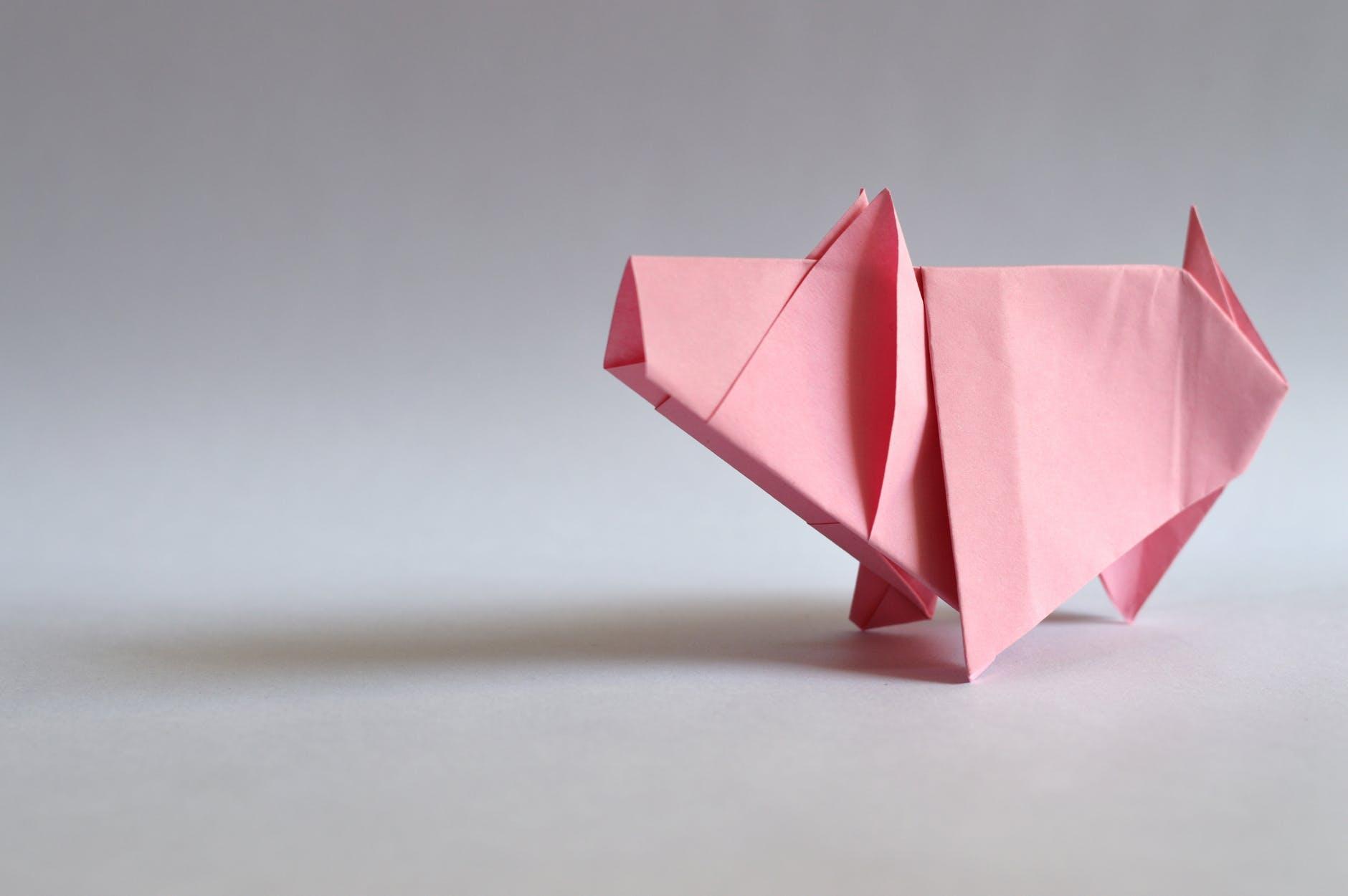 gefaltetes Sparschwein als Symbol für finanzielle Selbstverantwortung